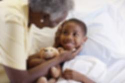 Cirança sendo acariciada pela avó