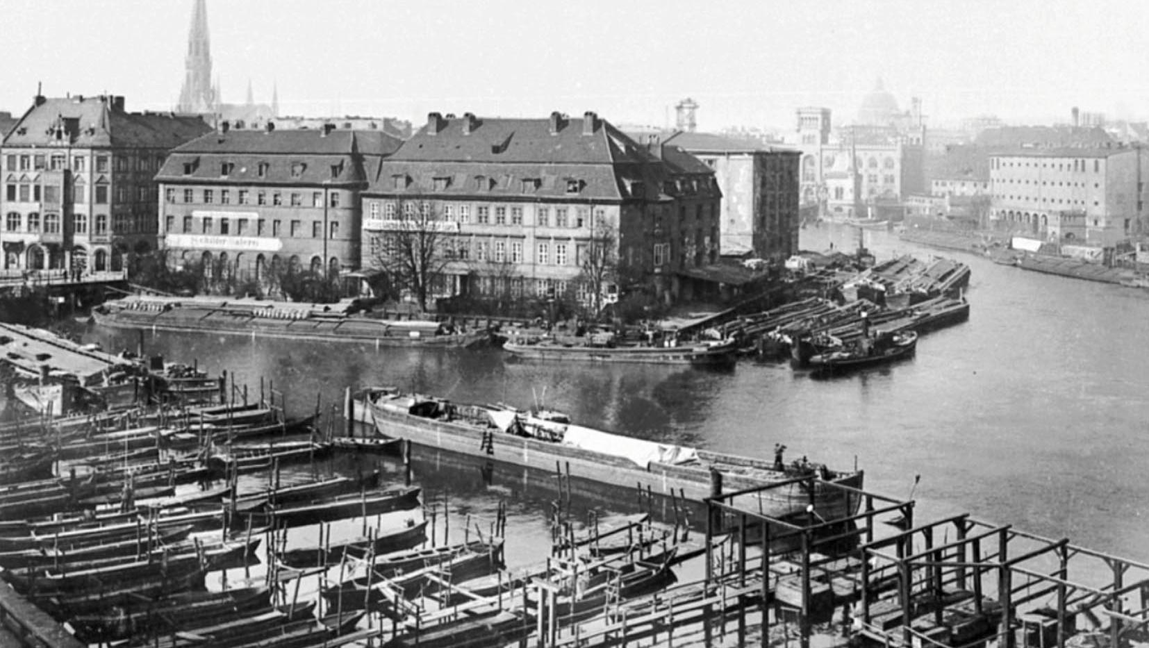 Unbekannt (ca. 1910), Blick aus Märkisches Ufer 28 auf Inselbrücke, Hafen, Dom