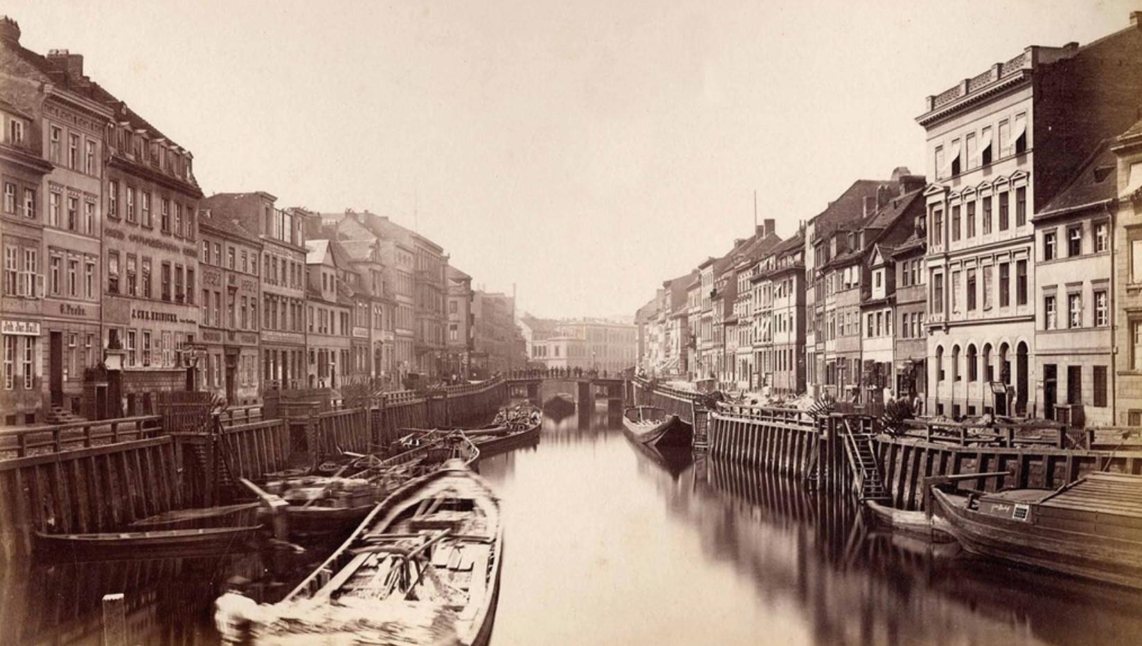 F. Albert Schwartz, Blick von der Inselbrücke in die Friedrichsgracht mit der Straßenbebauung von Neukölln am Wasser, um 1880