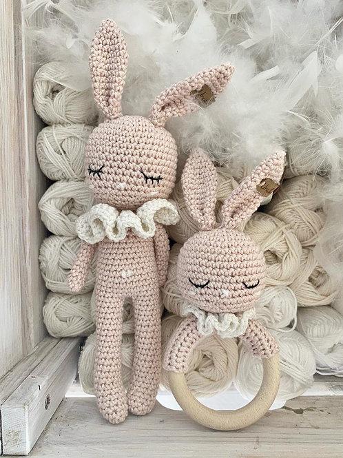 Adorable lapin GOLDIE avec son colleret  et anneau dentition, amigurumi en coton