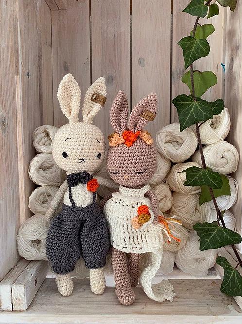 couple mariés lapin en crochet, la mariée avec sa robe avec traine et son bouque