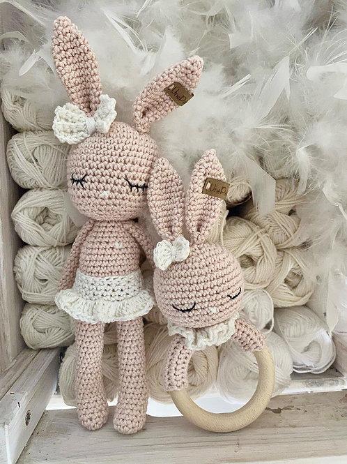 Adorable lapin MAIA avec son tutu, noeud papillon et anneau dentition, amigurumi