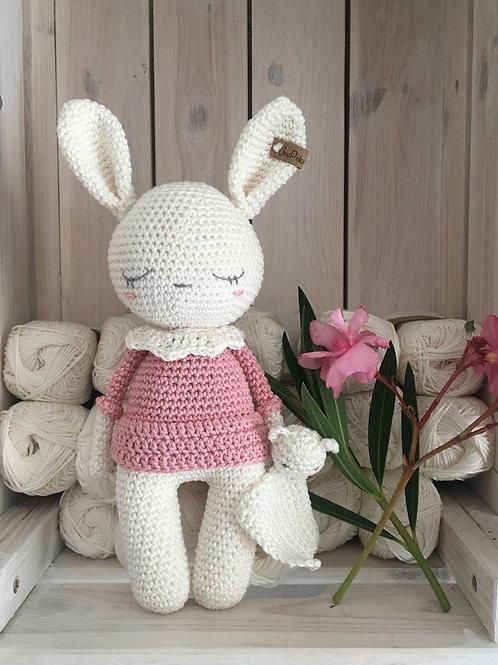 Bébé lapin câlin, Amigurumi, au crochet avec son doudou plat Teddy, en cadeau d'