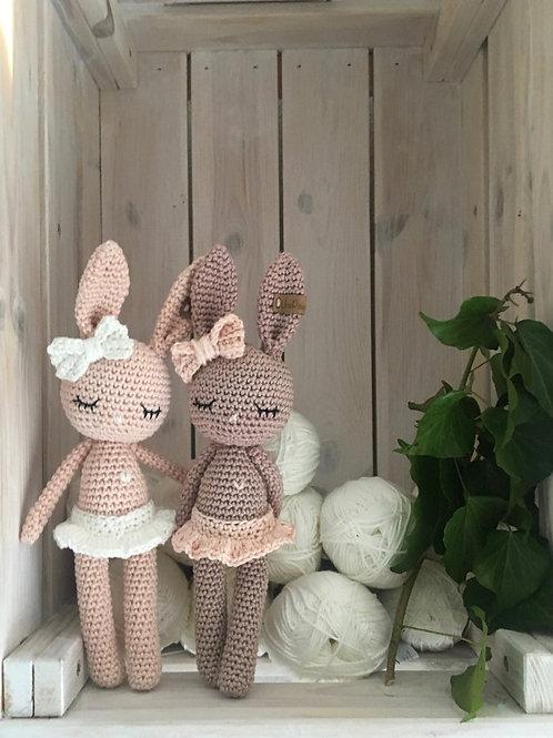 Adorable lapin câlin avec son tutu, noed papillon et petit coeur, amigurumi en c
