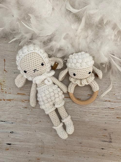 Adorable mouton DOLLY avec bonnet pants  socquettes  et anneau dentition,  coton