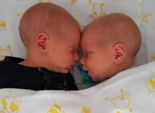 Tweelinggeboorte: 'Onze Jonas kreeg beademing.'