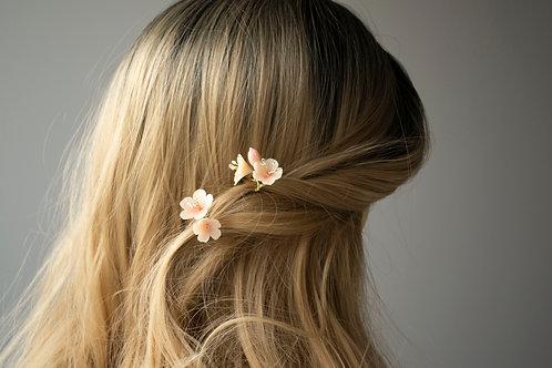 Fleurs de printemps pour une coiffure mariée