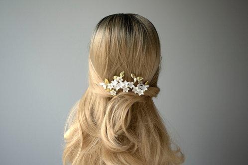 Bijoux de tête avec des fleurs pour une mariée