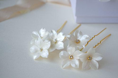 Petites fleurs blanches pour coiffure mariée