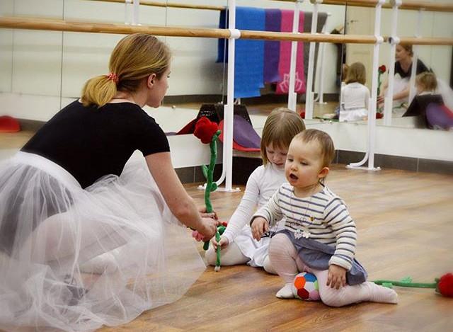 Ребёнок любит танцевать_ Крутится перед