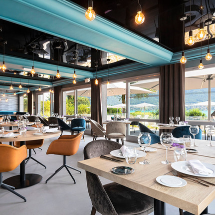 Photographe hôtels et restaurants de luxe à Annecy, photographie de l'espace restaurant du BlackBass, photographie par Florian Peallat Photographe.
