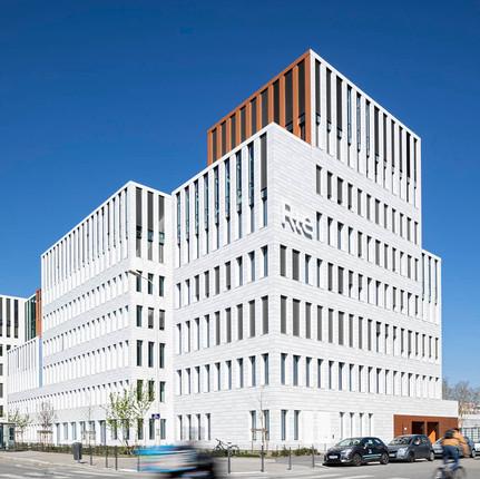 Photographe architecture à Lyon, Florian Peallat, façade prise par un objectif à décentrement.