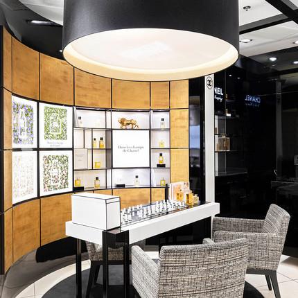 Photographie d'intérieur du magasin Le printemps et du stand Chanel.