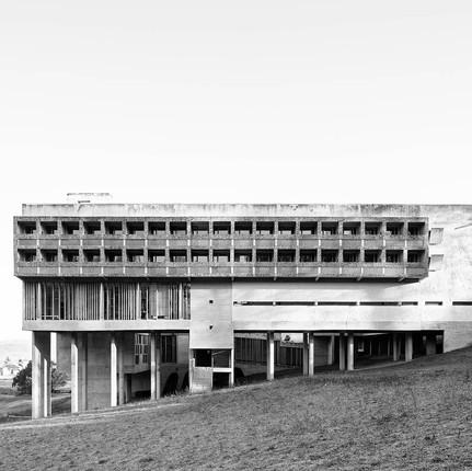 Photo architecture Lyon, Florian Peallat, façade du couvent de La Tourette par l'architecte Le Corbusier.