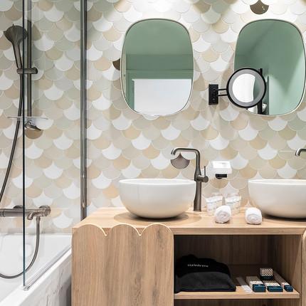 Photographe hôtel à Annecy, salle de bain totalement rénovée du BlackBass hôtel, photographie réalisée par Florian Peallat Photographe.