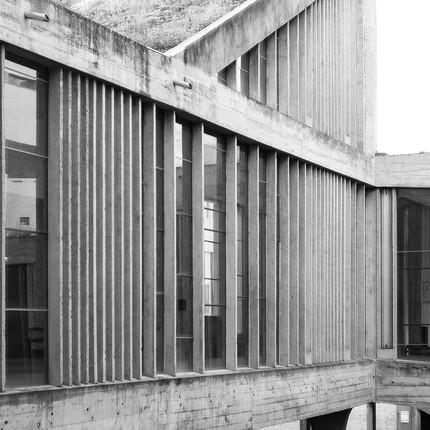 Photographie architecturale du couvent de la Tourette réalisé par l'architecte Le Corbusier.