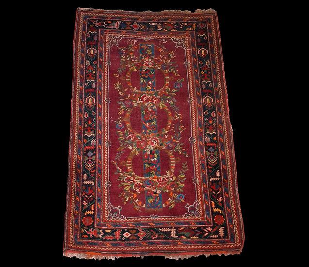 Tapis Karabagh ancien, daté 1910, signé, 118 cm x 186 cm, noué main en laine sur