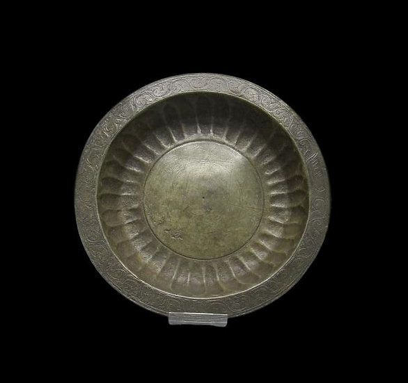 Bassin en Bronze, daté, godronné, Art de l'Islam, XVIIIème Siècle