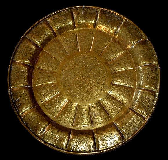 Important plateau, Asie Centrale, décor du soleil, cuivre gravé, XIXème siècle