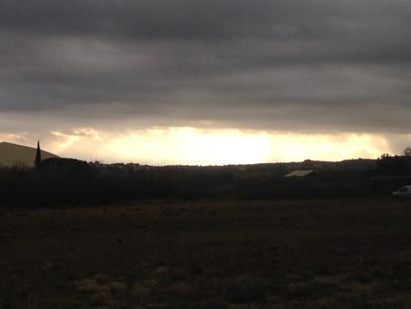 Une percée de lumière au milieu des nuages