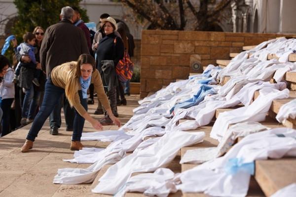 """Los médicos, durante un """"chaquetazo"""" frente a la gobernación de Mendoza"""