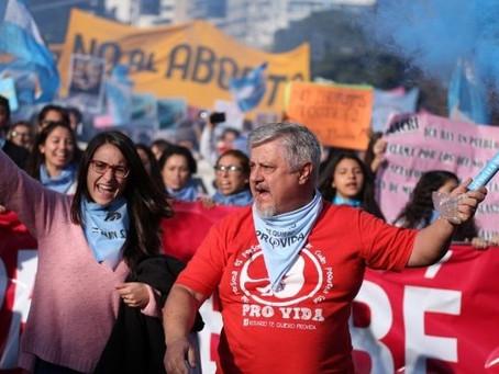 Reclamo contra el aborto frente al Monumento a la Bandera