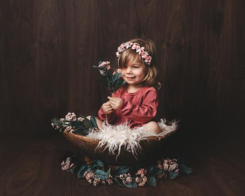 To år gammel jente med blomster, fineart. Bilde tatt av Tina Brikland Borsheim, Studio Brikland
