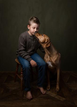 Gutt og hund (rhodesian ridgeback), fineart. Bilde tatt av Tina Brikland Borsheim, Studio Brikland