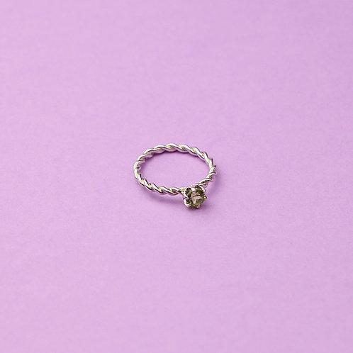 Витое кольцо с хризолитом