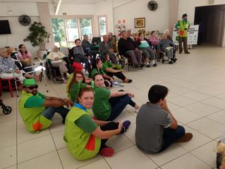 Voluntários da John Deere e do Instituto História Viva realizaram atividades com os idosos no dia 18