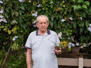 Idosos auxiliaram na plantação de mudinhas de flores, temperos e chás.