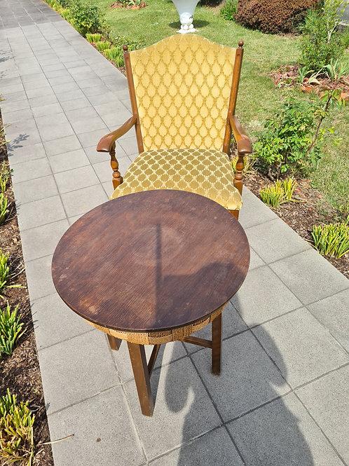 Sessel mit kleinem Tisch