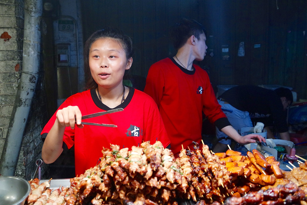 A street vendor selling food at Shilin Night Market 士林夜市 Where to eat?