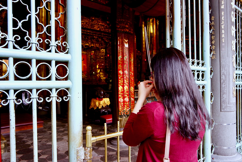 A woman praying at Longshan Temple 龙山寺
