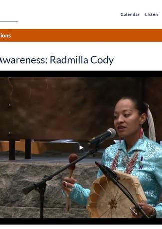 Radmilla Cody chante les chants du cheval au Smithsonian