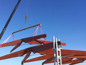 Montaggio copertura in legno lamellare a capriate incrociate con tiranti rialzati in acciaio