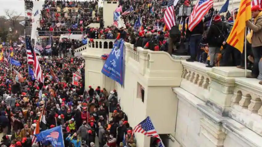 مشهد من اقتحام مقر الكونجرس في العاصمة واشنطن يناير ٢٠٢١