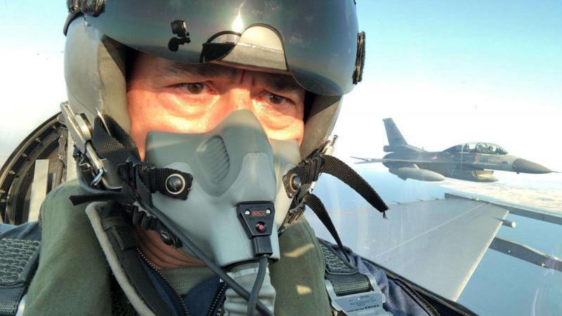 وزير الدفاع التركي خلوصي أكار على مقاتلة إف ١٦ فوق البحر المتوسط