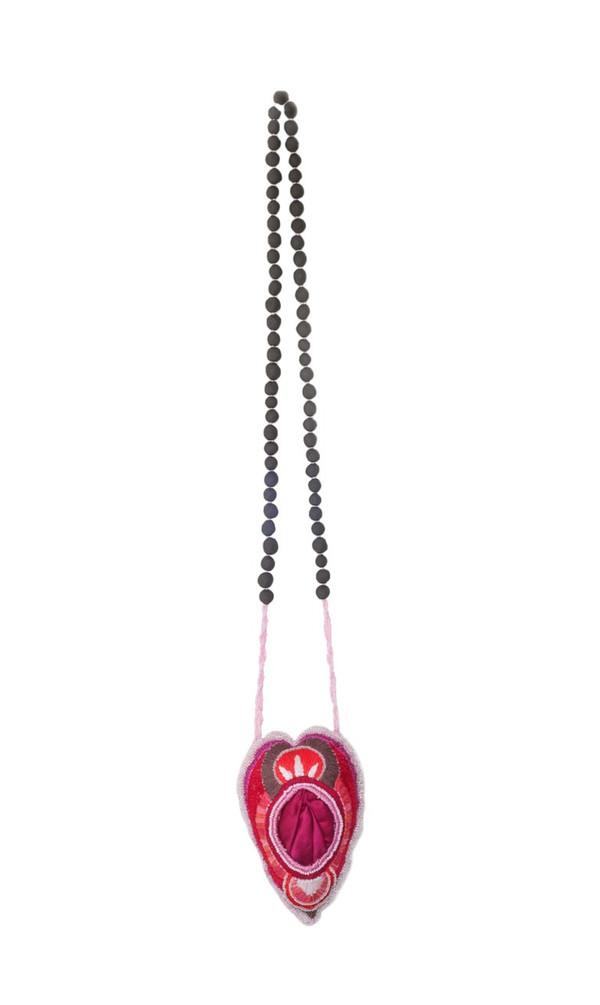 2019 66x11 cm broderie en coton, perles de rocaille et perles de grès noir, satin et velours  © Romain Bauer