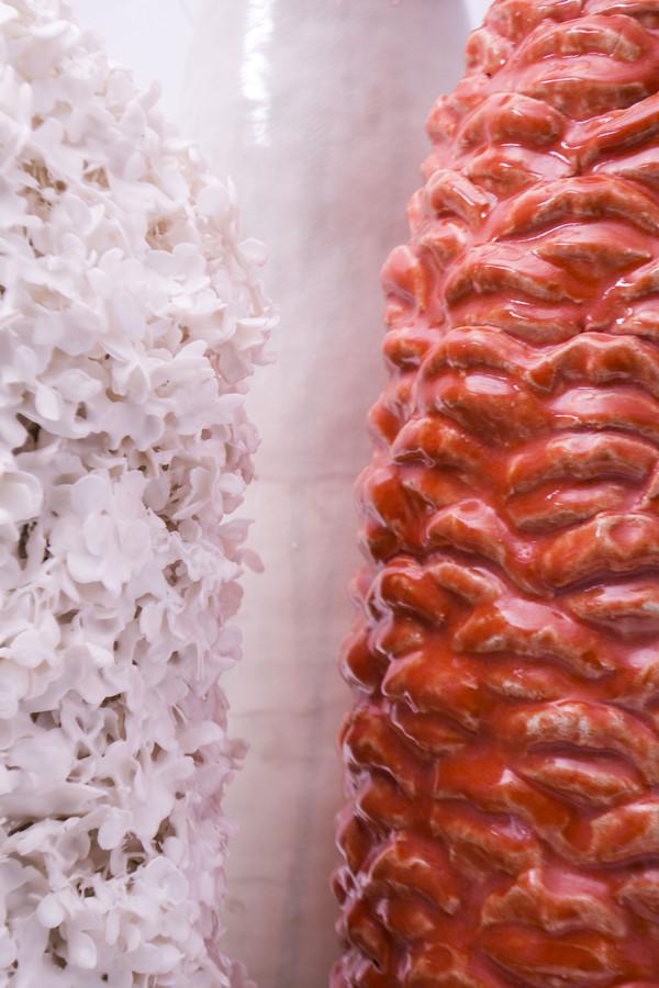 2018 détail  fleurs enduites de porcelaine à gauche et grès émaillé à droite