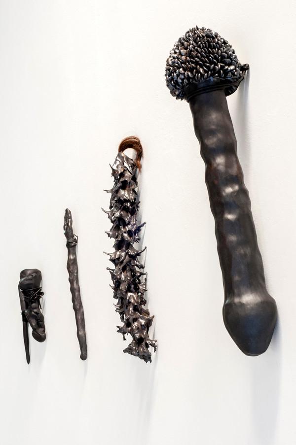 2021 grès noir, émail, cuir, coton et cheveux  © Romain Bauer