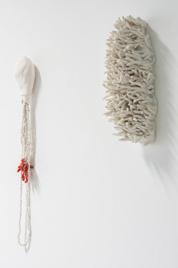 2021 de gauche à droite  40x7 cm porcelaine et émail   31x10 cm porcelaine émaillée  © Romain Bauer