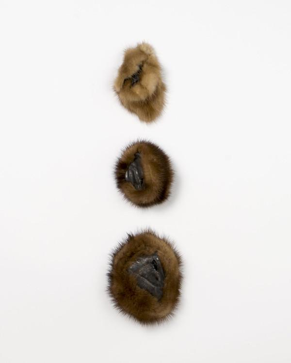 2015 ensemble de 3 pièces  entre 5x7 cm et 8x8 cm  grès noir et fourrure