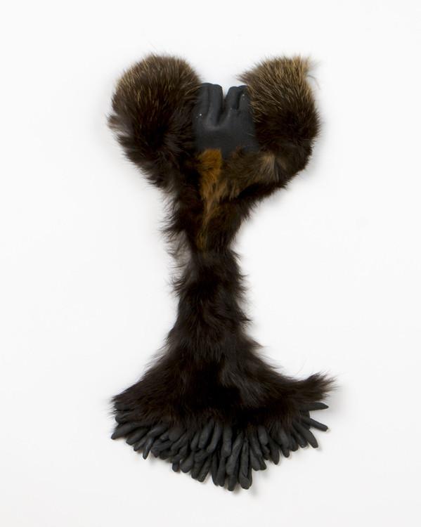 2015 28x12 cm grès noir et fourrure