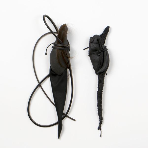 2015 environ 25x6 cm chaque grès noir, cuir et cheveux