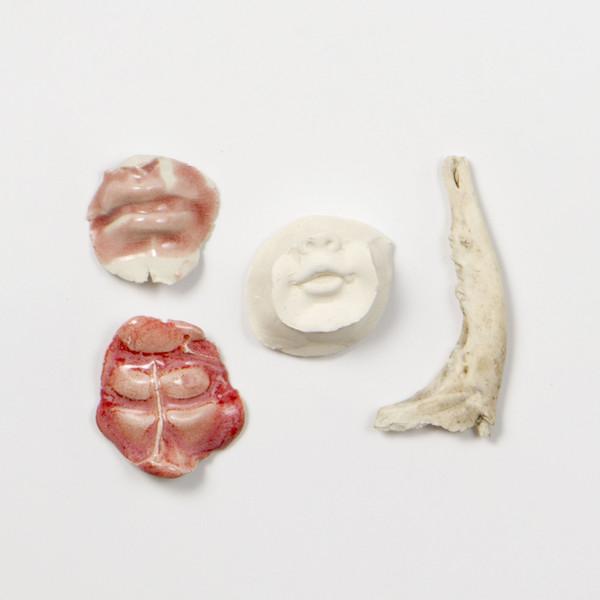 2015 ensemble de 4 pièces  entre 5x5 cm et 5x11 cm  porcelaine émaillée, plâtre et os de machoire