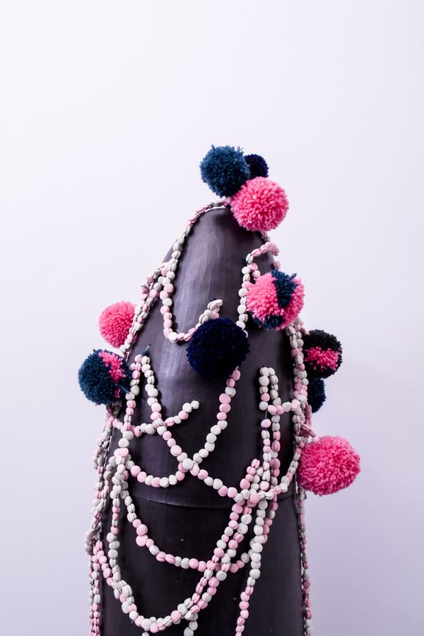 2018 détail grès noir, collier de perles en porcelaine teintée dans la masse et émaillées pompon de laine et coton