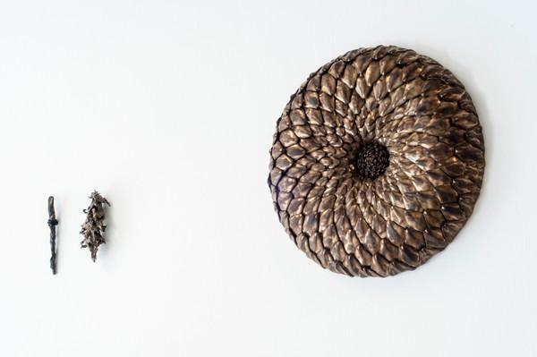 2021 de gauche à droite  18x2 cm grès noir et émail   16x7 cm Grès noir et email  45x45 cm grès blanc émaillé   © Romain Bauer