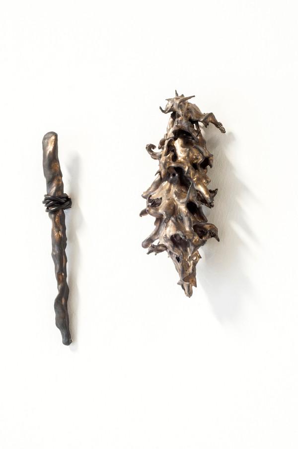 2021 de gauche à droite  18x2 cm grès noir et émail   16x7 cm Grès noir et émail   © Romain Bauer