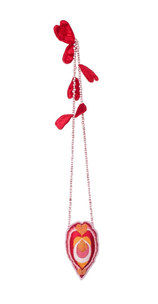 61x10 cm broderie en coton, perles de rocaille et de procelaine, velours   © Romain Bauer